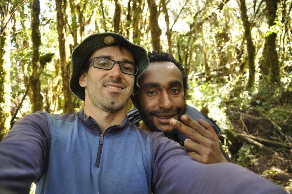 Michal s domácim sprievodcom pri výstupe na Giluwe, druhú najvyššiu horu v Papui Novej Guinei.