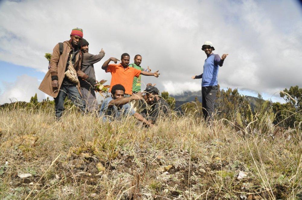 Michal s domácimi obyvateľmi na trojdňovej túre v Papui Novej Guinei.