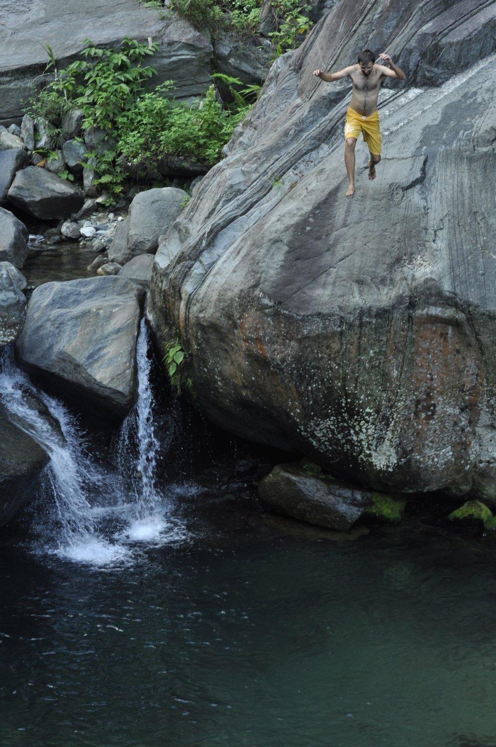 Michalov skok do jazierka pri Jayapure (indonézska Papua).