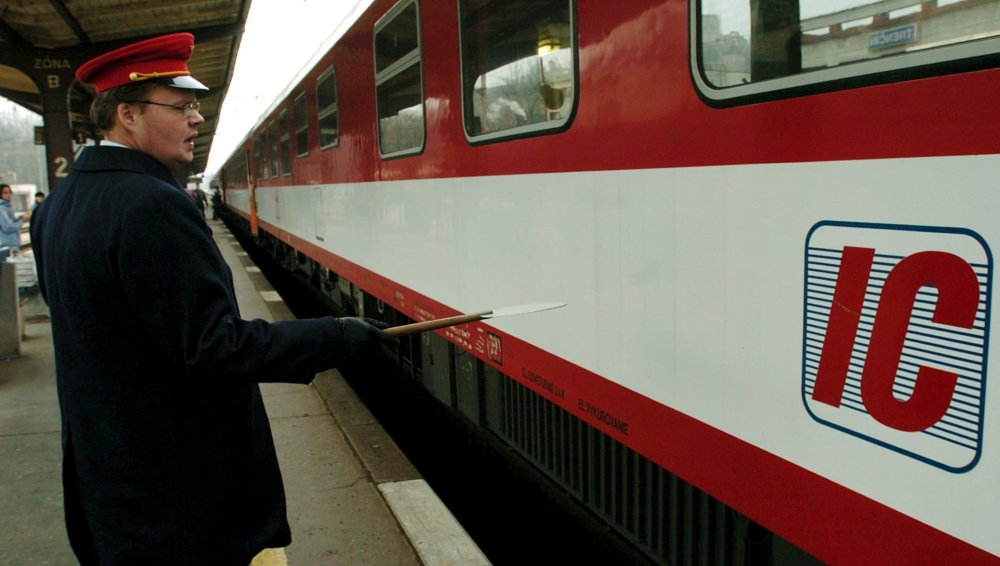 """Vlaky InterCity vo svojej krátkej histórii niekoľkokrát menili počet zastávok. Istú dobu napríklad jazdili z Košíc až do Viedne. A naopak po roku nezastavovali dokonca ani v Trenčíne. Miestni obyvatelia dokonca kvôli nim spísali petíciu. V Trenčíne začali """"ícečka"""" zastavovať od decembra 2004. Foto - TASR"""