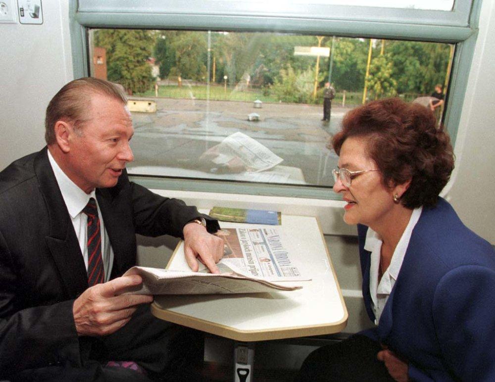 Svojho času sa o propagáciu expresov InterCity staral prezident Rudolf Schuster. Po svojom nástupe v roku 1999 oznámil, že bude nimi pravidelne cestovať domov do Košíc. Vydržalo mu to počas celého funkčného obdobia, hoci paralelne s jeho vlakom musela vždy ísť aj limuzína. Foto - TASR
