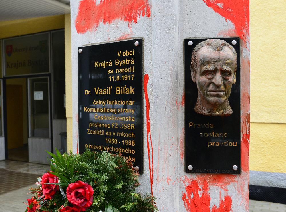 Pamätník v Biľakovom rodisku vlani pomaľovali výtvarníci Peter Kalmus a Ľuboš Lorenz. Foto – tasr
