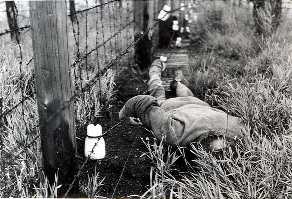 Na reprodukcii fotografie z roku 1984 je telo mužža, ktorý zahynul pri plote s vysokým napätím pri pokuse o prekroèenie československo-rakúskej hranice na úseku Bratislava - Devín. foto - TASR/Ústav pamäti národa