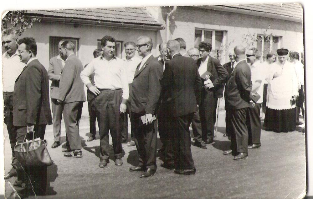 Anton Srholec na-primíciách spolubrata-Štefana Šilhára v roku-1968 v Pezinku-Cajle. Foto - archív Konfederácie politických väzňov