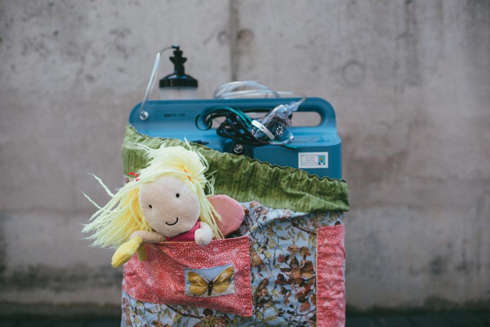 Prístroje a krabice, ktoré Plamienok prináša do rodín, majú príjemne pôsobiace obaly. Foto: Jakub Čaprnka