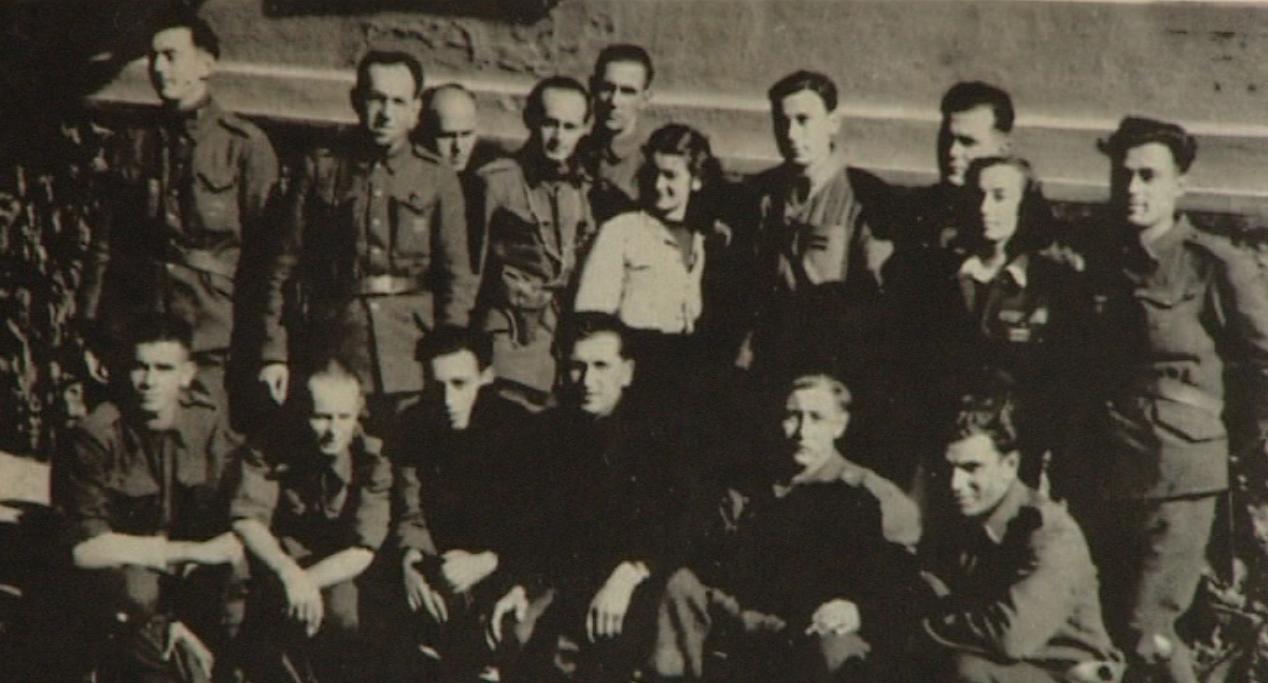 S ruskými partizánmi, keď zistili, že nie je chlapec. Foto - osobný archív Dalmy Špitzerovej
