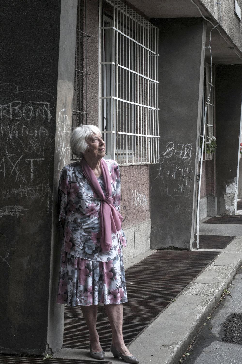 Štefánia Krumlová pri škole na Metodovej ulici vBratislave. Foto: Olja Triaška Stefanovič
