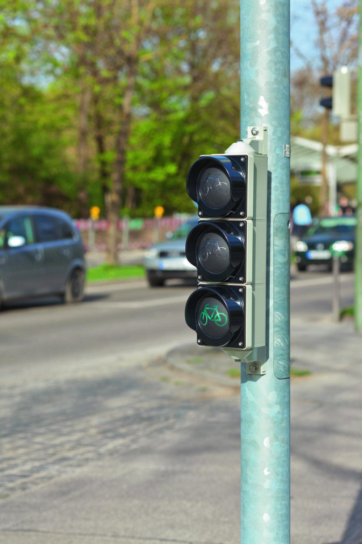 Energeticky nenáročný semafor by zvýšil bezpečnosť pre cykllistov aj chodcov.