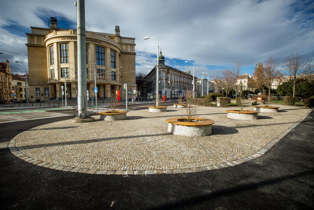 Nový priestor pred univerzitou na Šafárikovom námestí. Foto N - Tomáš Benedikovič