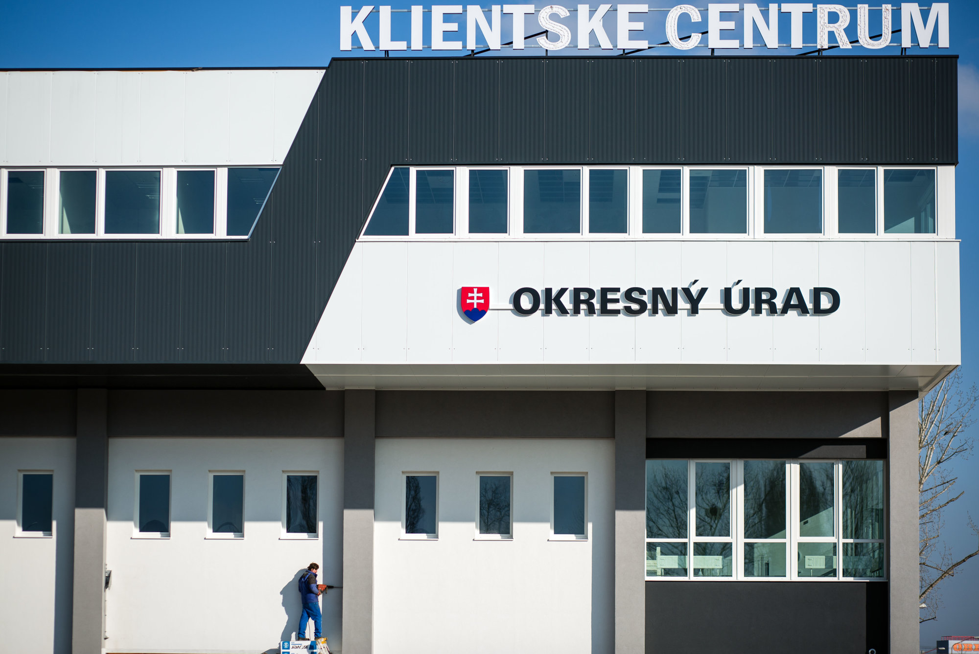 V klientskom centre v Bratislave bola razia, úplatky tam kryli cez sprostredkovateľskú firmu – Denník N