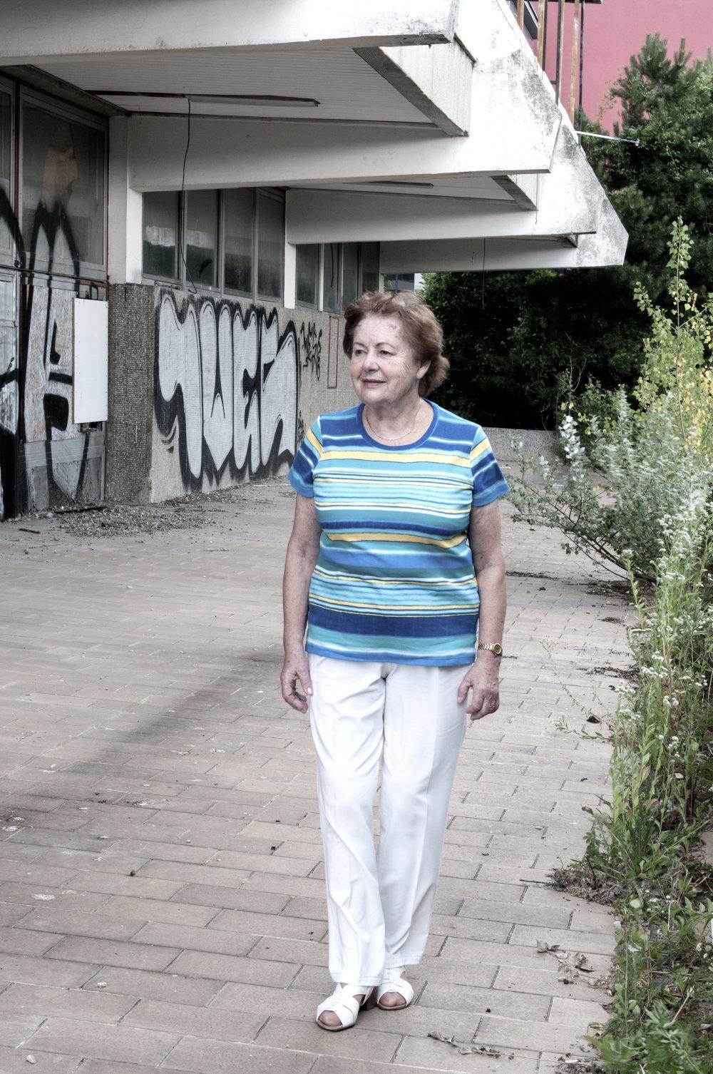 Lýdia Titlová pred budovou SZSD v Bratislave. Foto: Olja Triaška Stefanovič
