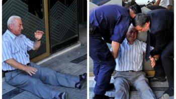 Giorgos Chatzifotiadis plače pred miestnou bankou. (Sakis Mitrolidis/AFP)