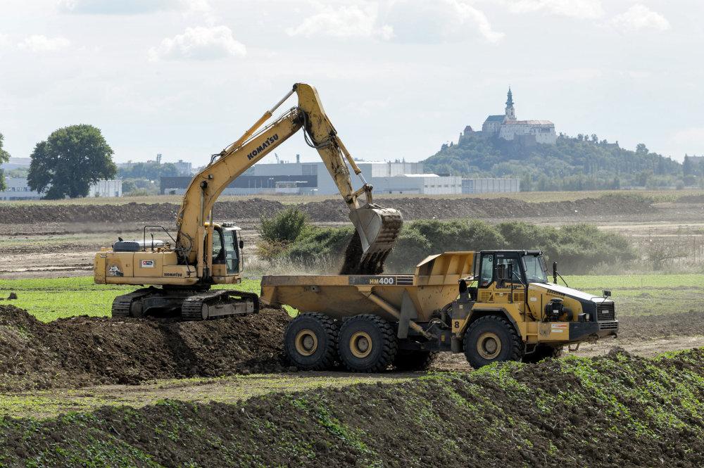 Príprava pozemkov pre priemyselný park, v ktorom bude sídliť aj Jaguar Land Rover. Foto - Tasr