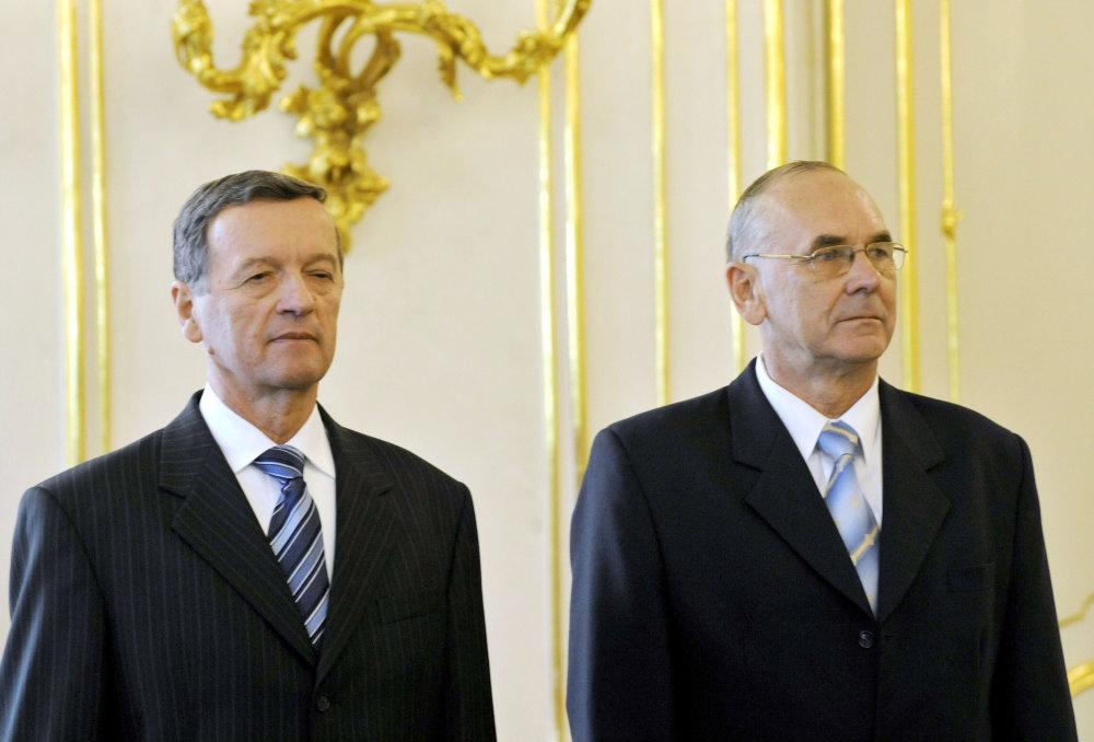 Karol Mitrík (vpravo) vystriedal na čele SIS Jozefa Magalu (Smer). Mitrík je dnes šéfom Najvyššieho kontrolného úradu (NKÚ), Magala šéfom Národného bezpečnostného úradu (NBÚ). Foto - TASR