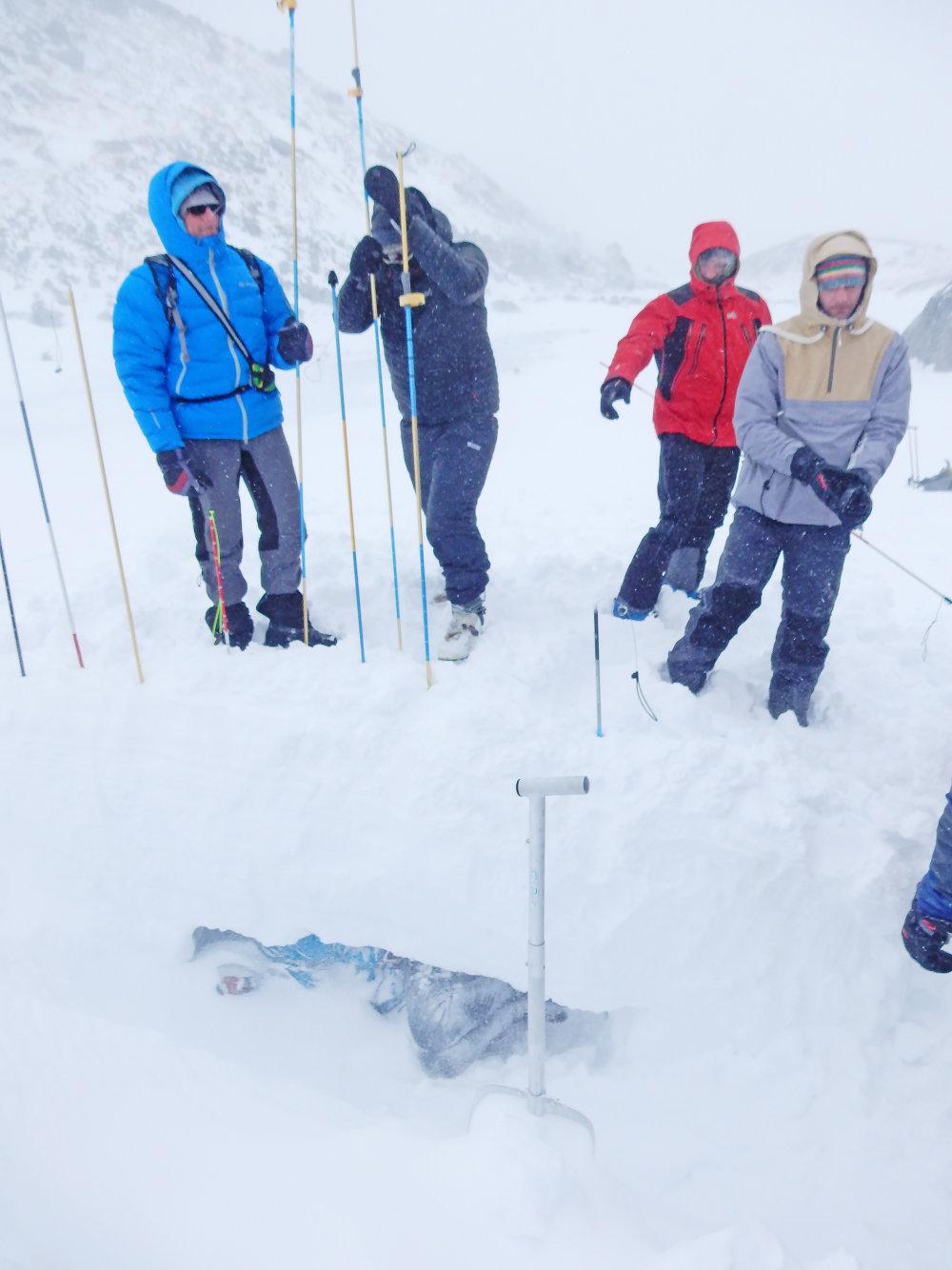 Nácvik použitia lavínovej sondy. Foto N - Laco Kerekeš
