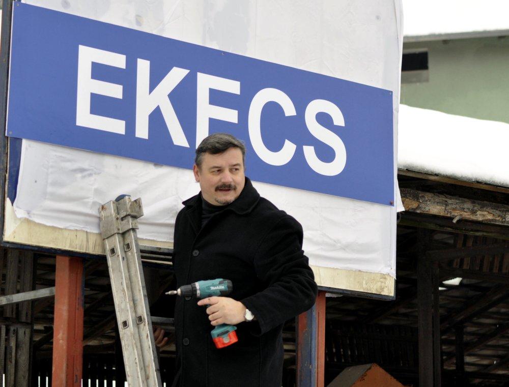 Berényi v roku 2013 namontoval pri žželezniènej stanici v Okoči v okrese Dunajská Streda tabuľu s maďarským názvom obce Ekecs. foto - TASR