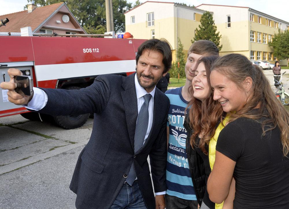 S Kaliňákom odovzdával na juhu Slovenska hasičské autá aj Bugár. Ilustračné foto – TASR