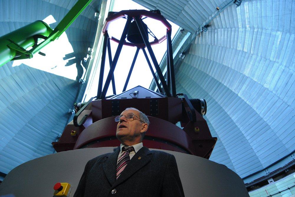 Na snímke riaditeľ Astronomického ústavu Slovenskej akadémie vied (AÚ SAV) v Starej Lesnej Aleš Kučera spúšťa do prevádzky najväčší ďalekohľad na Slovensku s priemerom zrkadla 1,3 metra v kupole observatória AÚ SAV na Skalnatom Plese vo Vysokých Tatrách 30. októbra 2014. FOTO TASR – Oliver Ondráš