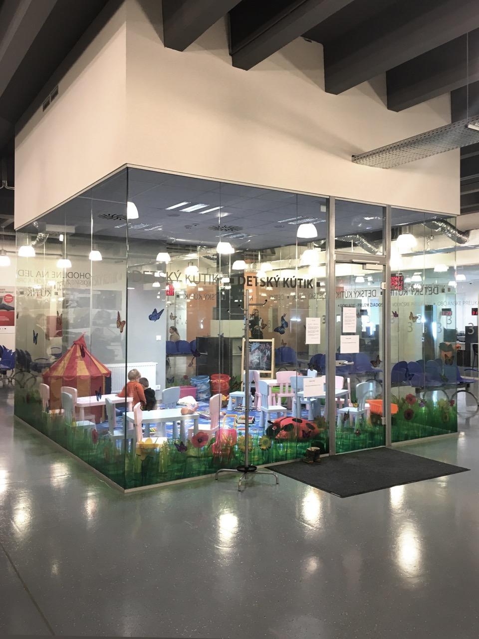 """Potrebujete na chvíľu zabaviť deti v Klientskom centre? K dispozícii je """"akvárium"""". Foto - Barbora Šajgalíková."""