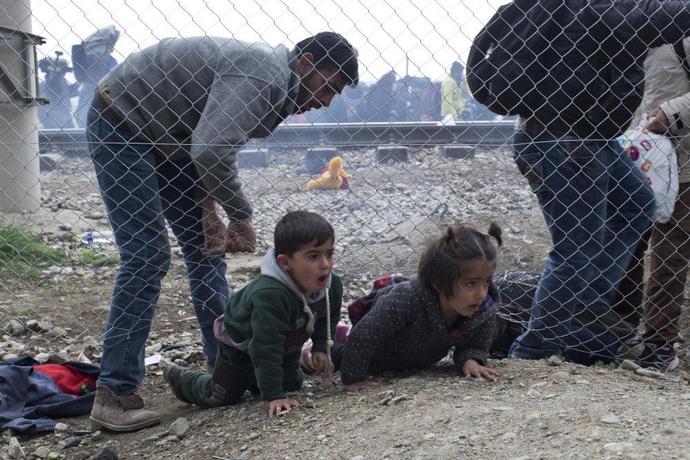 Plot sa snažili aj podliezť. Na gréckej strane sa tlačí 6500 ľudí. Foto - tasr/ap