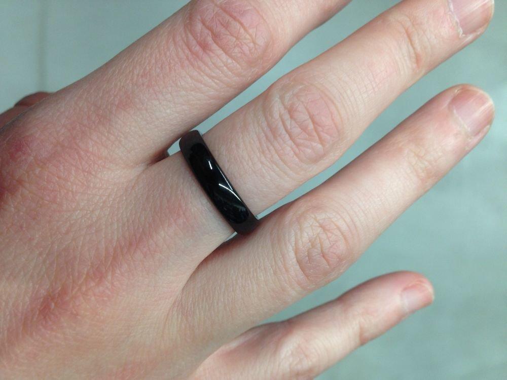 """Študentka Simona nosí na prostredníku pravej ruky čierny prsteň ako symbol asexuality. """"V podstate mi pomáhal prekonať tie chvíle, keď mi nebolo veľmi psychicky dobre. Keď sa naň teraz pozriem, hneď si spomeniem, ze nie som jediná a že som úplne v poriadku."""""""