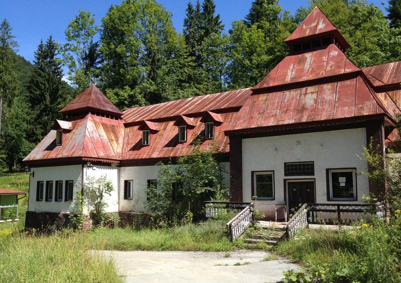 Symbolom úpadku slovenského kúpeľníctva je kedysi populárne stredisko Korytnica. V súčasnosti tu funguje už len prevádzka na stáčanie minerálnej vody rovnakého mena, areál ako taký zostáva už trinásť rokov nevyužitý. Foto – Wikipedia