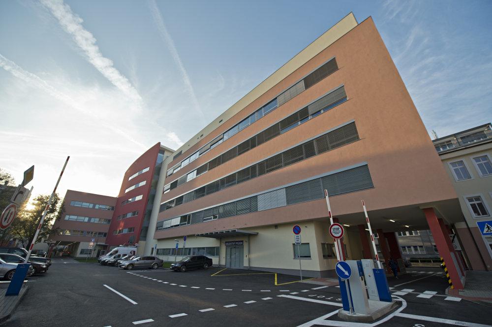 Budova Nemocnice sv. Michala. Prvá nemocnica po revolúcii postavená na Slovensku nás pred vírusmi neochráni, pred kvalitou v architektúre dokonale. Foto TASR - Martin Baumann