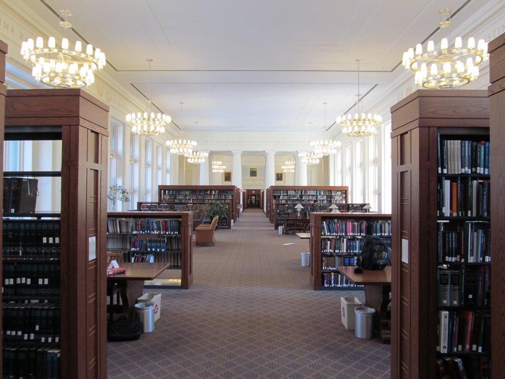 Knižnica na Harvarde. V roku 2012 škola vyzvala svojich učiteľov. aby viacej publikovali v časopisoch, ktoré nespoplatňujú prístup k článkom. Foto - Wikimedia/cc