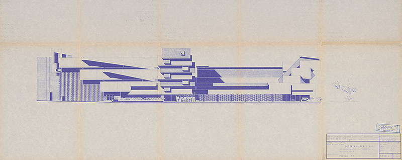 Bočný pohľad na nerealizovanú exteriérovú galériu plastiky a postavený výskumno-administratívny blok, 1969. Foto - SNG