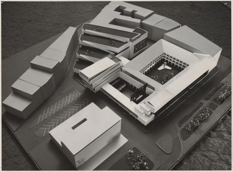 Model rekonštrukcie a dostavby SNG od Vladimíra Dedečka podľa pôvodného návrhu, ktorý rátal so zbúraním bytových domov, ktoré dodnes s galériou susedia. Na ich mieste mal byť veľkorysý hlavný vstup do galérie. Nepostavili sa však i ďalšie časti areálu – rozmerný depozit za administratívnou budovou so strešnou galériou pre rozmerné objekty a sochy. Foto – SNG