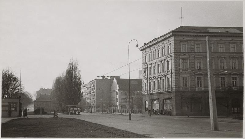 Pohľad na Esterházyho palác a časť krídla Vodných kasární ako vyzerala SNG pred postavením Premostenia do roku 1969. Foto - SNG