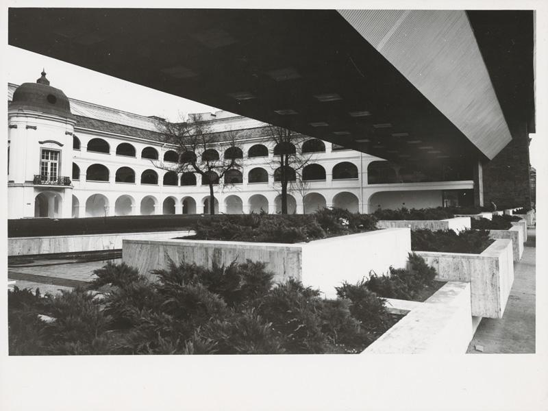 Dedeček vyriešil potrebu nových výstavných priestorov a zachoval aj výhľad na historickú budovu vo dvore. Foto - SNG