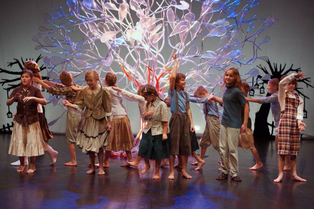 Záber z predstavenia pre deti s názvom Stromy. Foto – Miro Zaťko