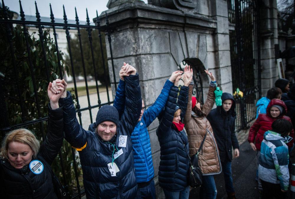 Protest učiteľov a rodičov pred Úradom vlády SR. foto N – Tomáš Benedikovič