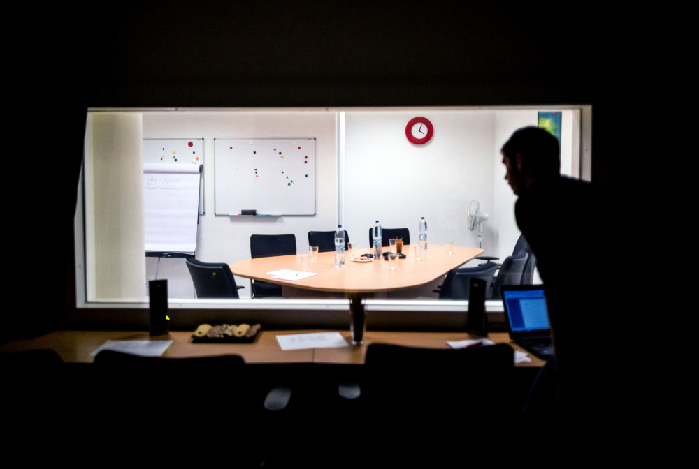 Skupinová diskusia prebieha v osvetlenej miestnosti za jednosmerným zrkadlom. Ilustračné foto N – Tomáš Benedikovič