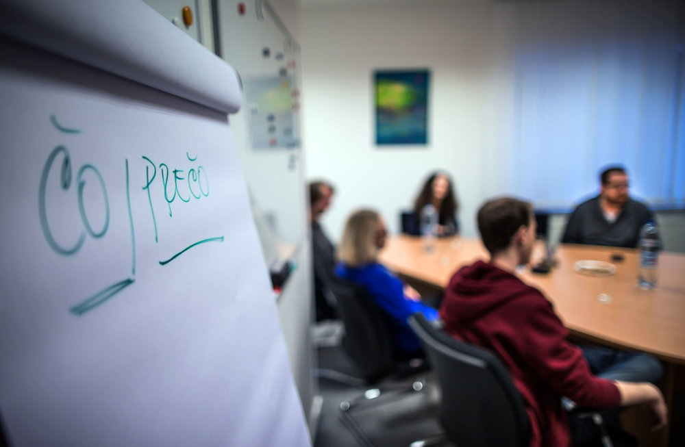 Pri skupinovej diskusii kladie otázky moderátorka. Ilustračné foto N - Tomáš Benedikovič
