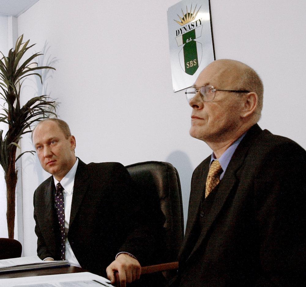 Tlačová beseda SBS Dynasty k výmene bezpečnostnej služby v Slovenských elektrárňach v roku 2000. Majiteľ Miroslav Guman je vpravo. Foto – archív TASR