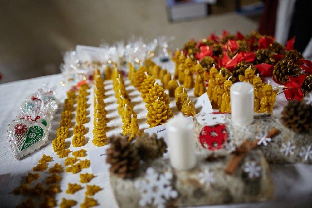 Výrobky žiakov z včelieho vosku. foto - archív základnej školy v Spišskom Hrhove.