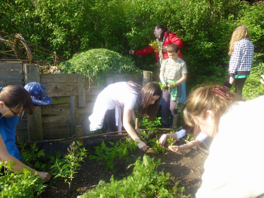 V školskej záhrade. foto - archív základnej školy v Spišskom Hrhove