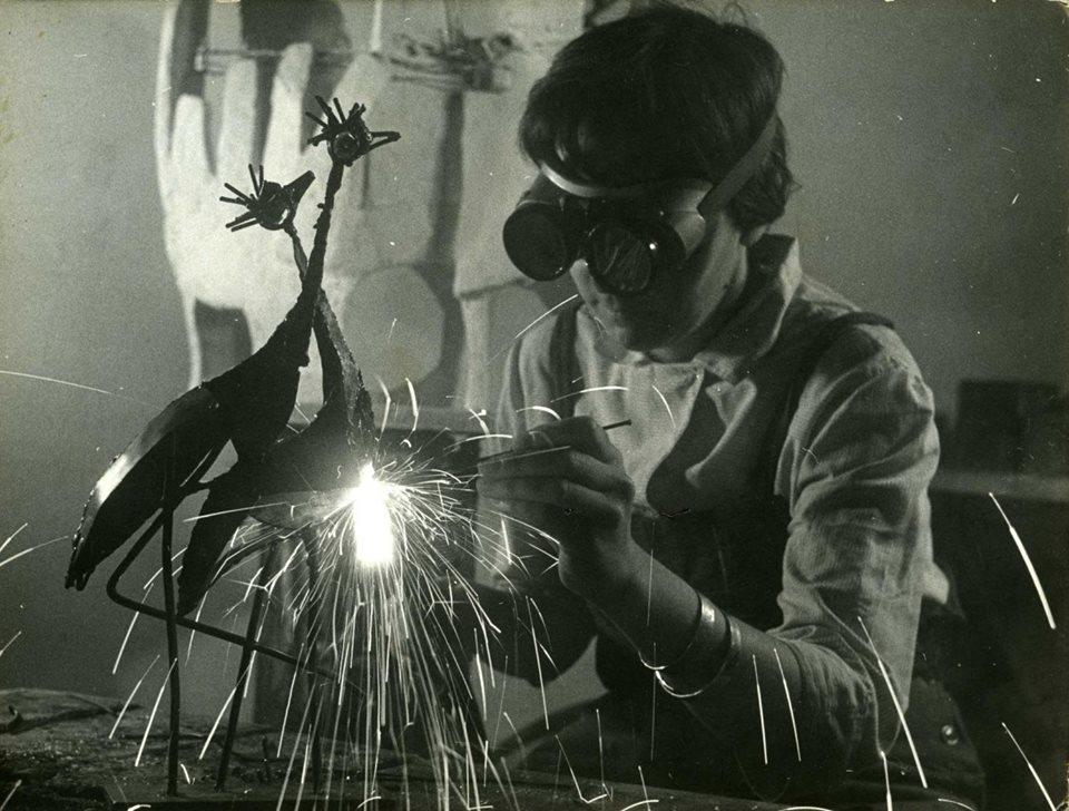 Erna Masarovičová vo svojom ateliéri pri zváraní. Foto - archív EM