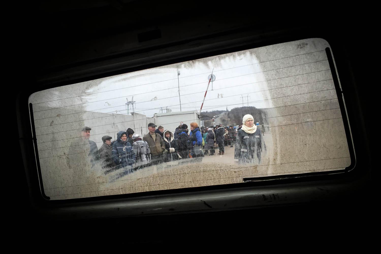 Ľudia čakajúci na prechode medzi Doneckom a Ukrajinou.