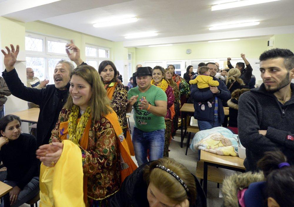 Skupina 149 asýrskych kresanov, ktorých prijatie je súèasou dobrovo¾ného príspevku k riešeniu migraènej krízy, v humanitárnom centre MV SR v Humennom 11. decembra 2015. FOTO TASR - Vladimir Benko