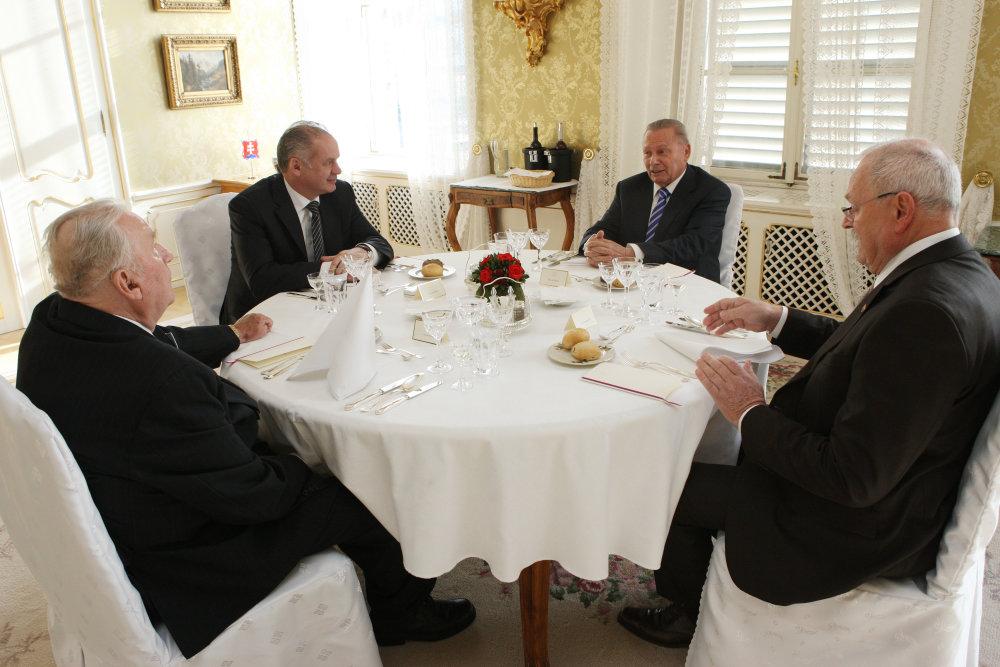 Andrej Kiska na minuloročnom slávnostnom novoročnom obede prezidentov - Michal Kováč (druhý zľava), Rudolf Schuster (vpravo) a Ivan Gašparovč (vpravo). foto - TASR