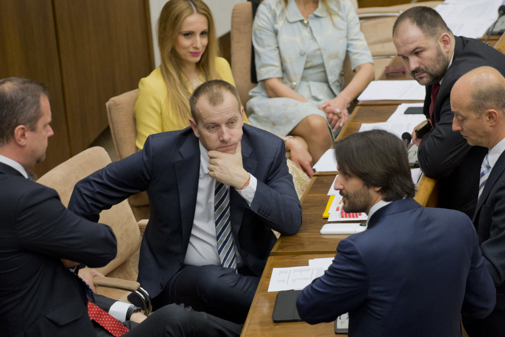 Robert Kaliňák s poslancami Borisa Kollára. Foto - TASR