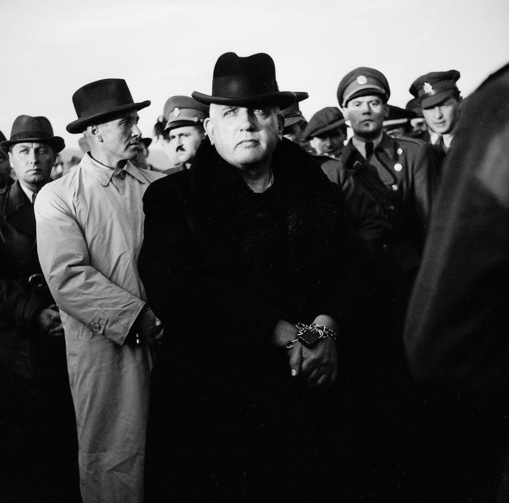 Sliaè - archívna snímka zo sliaèskeho letiska Tri duby 29. októbra 1945. Odchod Tisovej vlády do Bratislavy. Jozef Tiso - slovenský kòaz a politik, od septembra 1938 do marca 1939 predseda autonómnej slovenskej vlády; po dohode s Adolfom Hitlerom vyhlásil samostatnos Slovenska. V rokoch 1939 - 1945 prezident Slovenskej republiky. Do svojich rúk sústredil rozhodujúcu moc ( proti militantnej skupine V. Tuku a A. Macha ), niesol zodpovednos za perzekúciu protifašistických síl a Židov. Po vojne ušiel do Nemecka. Koncom októbra 1945 ho Amerièania vydali orgánom Èeskoslovenskej republiky. 28. októbra 1945 bol uväznený na Pankráci v Prahe a od 30. októbra 1945 vo väznici Krajského súdu v Bratislave. Národný súd v Bratislave ( december 1946 - apríl 1947 ) ho odsúdil na trest smrti popravením. Foto Archív TASR Jozef Teslík
