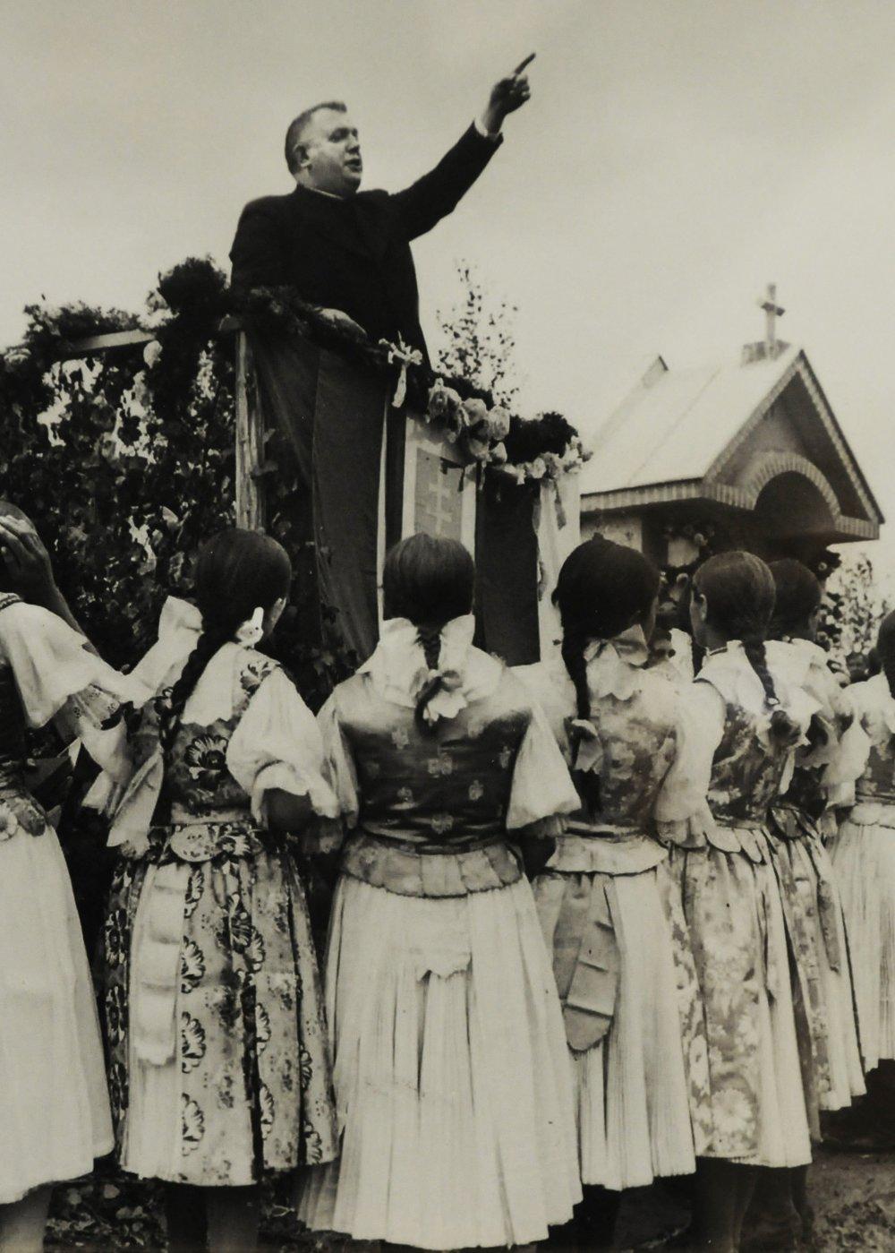 V tieni Tretej ríše, je názov výstavy fotografií, ktorú otvorili v stredu 30. marca vo FotoGalérii NOVA na Hlavnej 48 v Košiciach. Adjustované zábery sú oficiálne fotografie Slovenského štátu(1939-1945). Výstavu pripravila historièka umenia Bohunka Koklesová z bratislavskej VŠVU. Podujatie je súèasou Týždòa slovenských knižníc a Festivalu dokumentánych filmov DOCsk 2011. Fotografie sú z naskenovaných negatívov Slovenskej tlaèovej kancelárie (STK) z rokov 1939 – 45, ktoré sú v Slovenskom národnom archíve. Výstava mala premiéru v Bratislave poèas Mesiaca fotografie v novembri 2010 vo výstavnej sieni Univerzitnej knižnice. Ïalej táto výstava v máji poputuje do Varšavy v Po¾sku. Na snímke prezident Slovenského štátu Jozef Tiso poèas cirkevno - národnej manifestácie v Skalistom , r. 1941, autor neznámy. REPROFOTO TASR – Milan Kapusta *** Local Caption *** výstava fotografie V tieni Tretej ríše snímky unikátne zábery