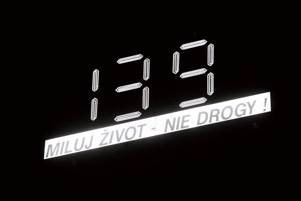 Prezidenta Michala Kováča 29. septembra 1997 po návrate z Nemecka čakala na budove oproti Prezidentskému palácu svetelná tabuľa, odrátavajúca čas, ktorý zostával hlave šštátu do ukončenia volebného obdobia. Digitálne hodiny sa stali posledným bojovým po¾om v dlhotrvajúcom spore medzi slovenskou vládou a prezidentom. Slovenský premiér vedie 24-hodinovú vojnu s prezidentom. Hodiny odpoèítavajú v dòoch, hodinách a minútach èas, ktorý ostáva prezidentovi Michalovi Kováèovi do skonèenia mandátu. Dala ich tam umiestni reklamná agentúra, ktorá je údajne blízka vláde. Foto TASR - Vladimír Benko *** Local Caption *** reklama logo VSŽ Východoslovenské železiarne