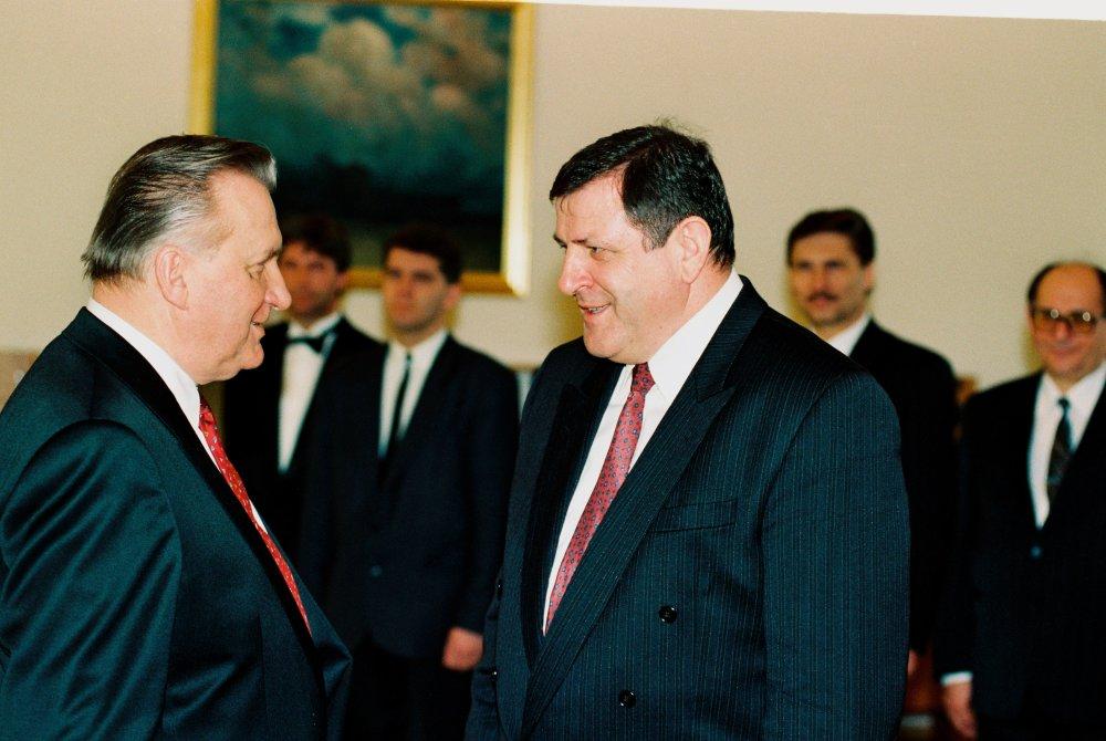 Predseda vlády Vladimír Mečiar gratuluje 2.marca 1993 Michalovi Kováčovi k zvoleniu za prezidenta. foto - TASR