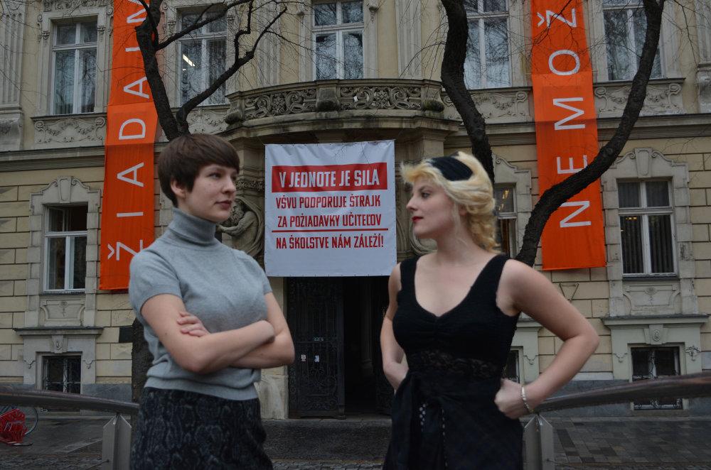 Študentky maľby na VŠVU Gabriela Halás a Gréta-Mária Srnová. Foto - Ján Skaličan