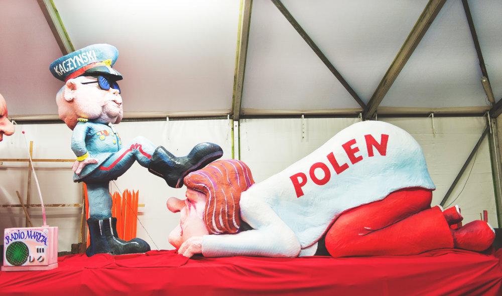 Poliakov nahneval alegorický voz s Kaczynským v podobe diktátora. Voz sa objavil na karnevale v nemeckom Düsseldorfe. Foto – TASR
